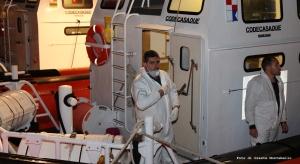 I ragazzini sbarcati questa notte a Roccella li chiamano gli angeli bianchi, sono gli uomini e le donne del Corpo della Guardia Costiera. Dopo quasi quindici ore di mare l'equipaggio della PC 386 e della Cp 381 possono tirare un respiro di sollievo.