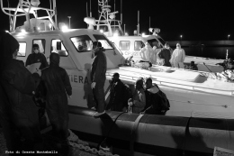 Si procede allo sbarco dei migranti e all'assegnazione di un numero che viene scritto con un pennarello indelebile sul polso