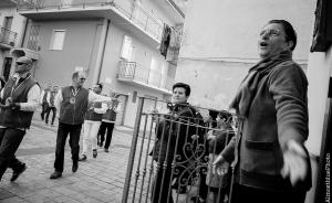 Quartiere San Rocco Cutro (Kr). Una fedele canta una litania